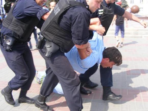 """На Соборній міліція затримала депутатів міськради - батька й сина Булатецьких. Лідера """"пенсіонерів"""" Матюшу забрала """"Швидка""""(фото)"""