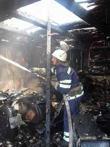 У Тальному в чоловіка в сараї згоріли мотоцикл і мопед