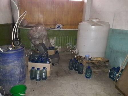 В Умані на покинутих військових складах двоє чоловіків організували виробництво фальсифікованої горілки
