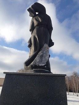У Корсунь-Шевченківському двоє чоловіків зірвали латунь з пам'ятника воїнам, полеглим у Другій Світовій війні