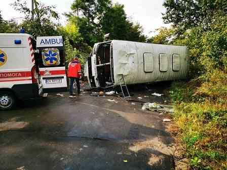 У результаті ДТП на Канівщині перекинувся автобус. Водія затиснуло в кабіні