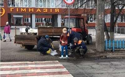 Два дитячі муляжі встановили біля пішохідного переходу навпроти черкаської гімназії №9