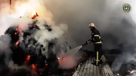 У Христинівському районі ліквідовано пожежу в металевому ангарі